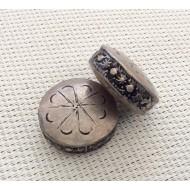 2 perles palets en métal ciselé