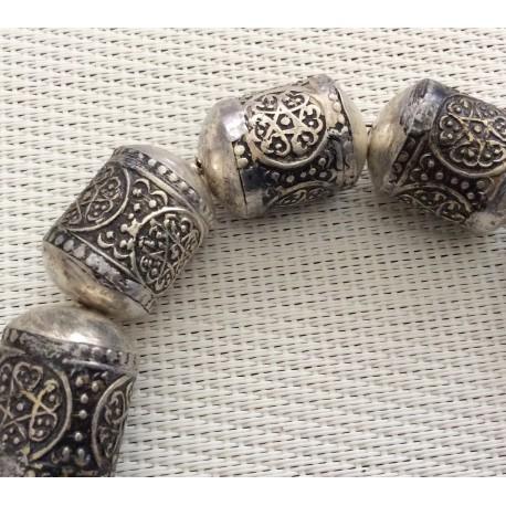 Perle tube en métal argenté ciselée
