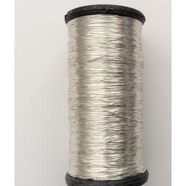 Bobine de fil de couleur argentée