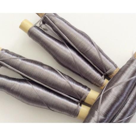 2 bobines de fils en soie gris clair