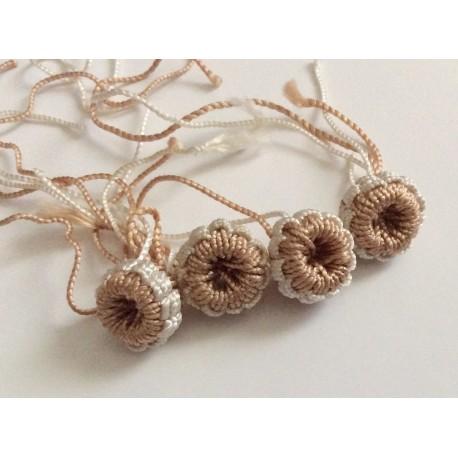 Perles bicolores en soie aux tons beiges