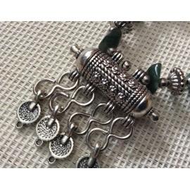Collier artisanal aux tons verts avec pendentif original