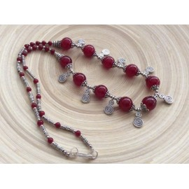 Collier de perles rouges et spirales
