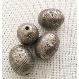 Perle ovale gravée en métal argenté